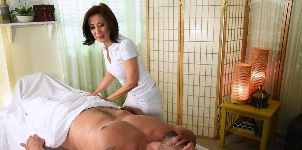 Зрелая массажистка сосет у парня, старые массажистки в москве