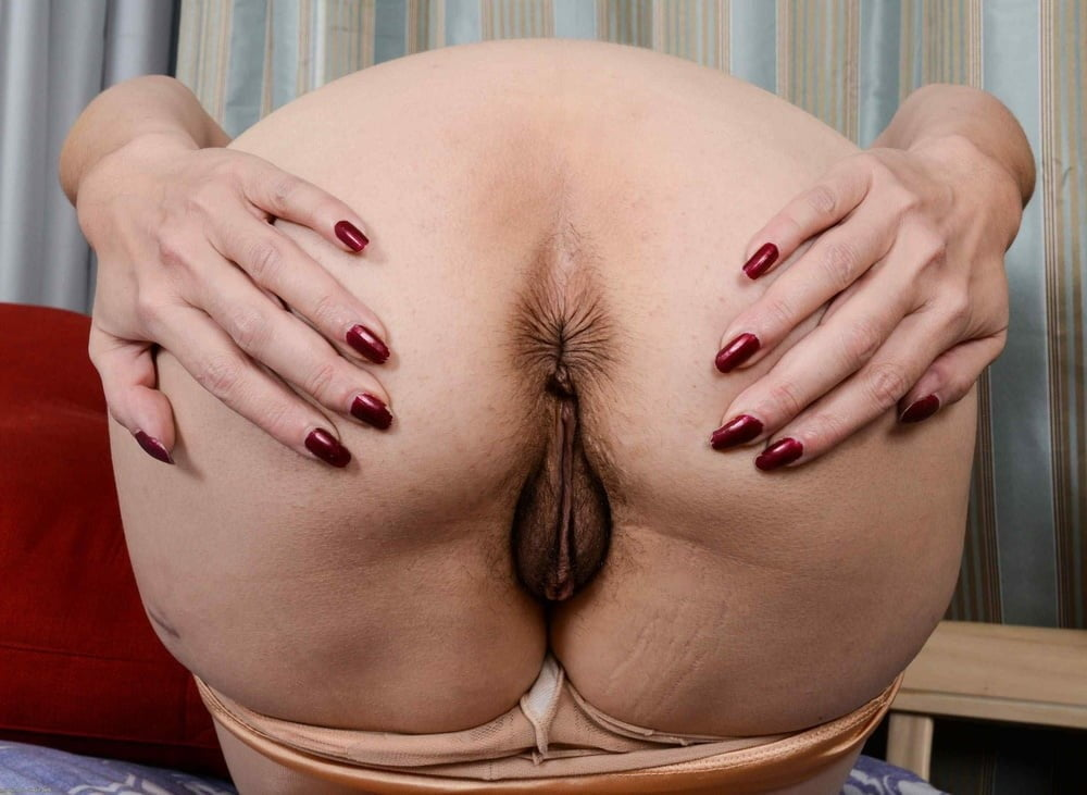 Fat woman is stuffing her asshole with a giant sex toy, free porn