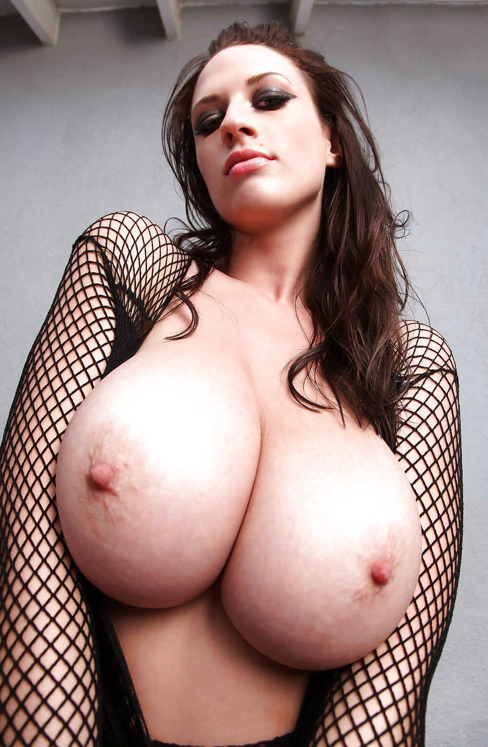 Savannah sixx with gorgeous breasts and voluptuous ass