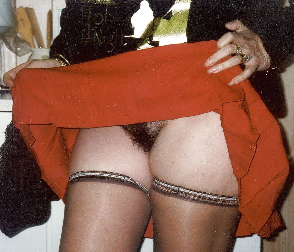Порно ретро подняла юбку