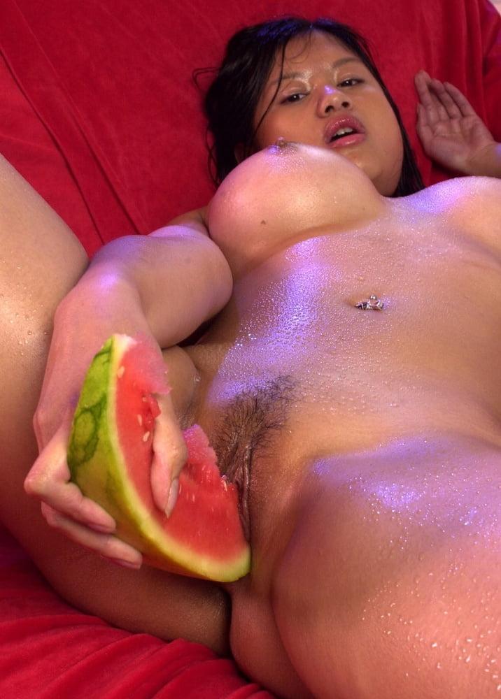 Порно девушка трахается с фруктами — pic 4