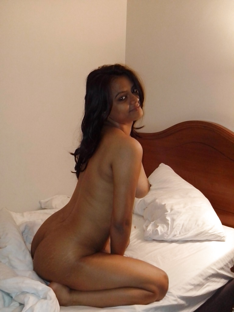 indian-women-nude-on-bed-bending-over