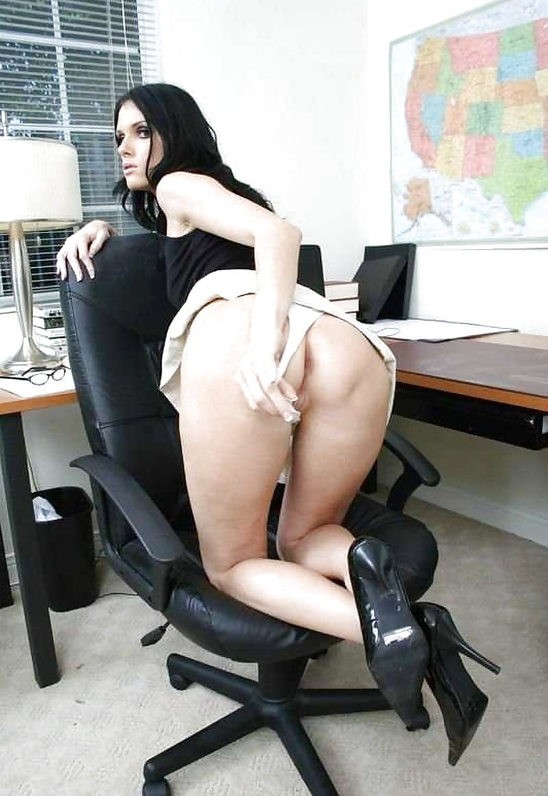 молодая секретарша встала раком