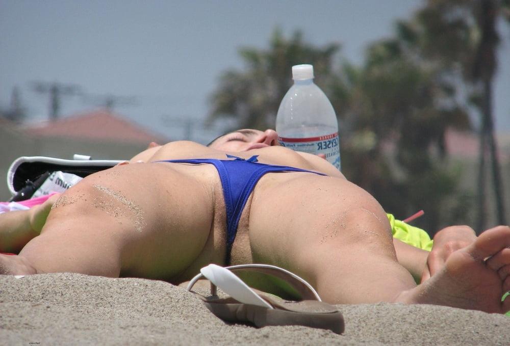 засветы девушек на пляже везде