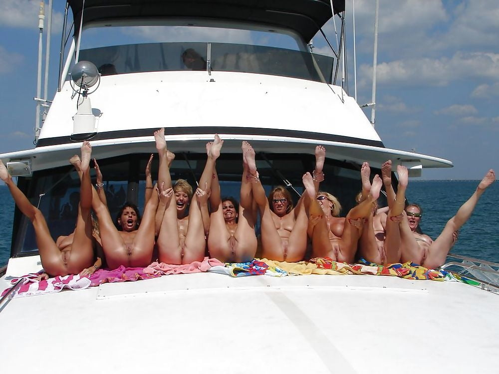 naked-party-in-the-boat
