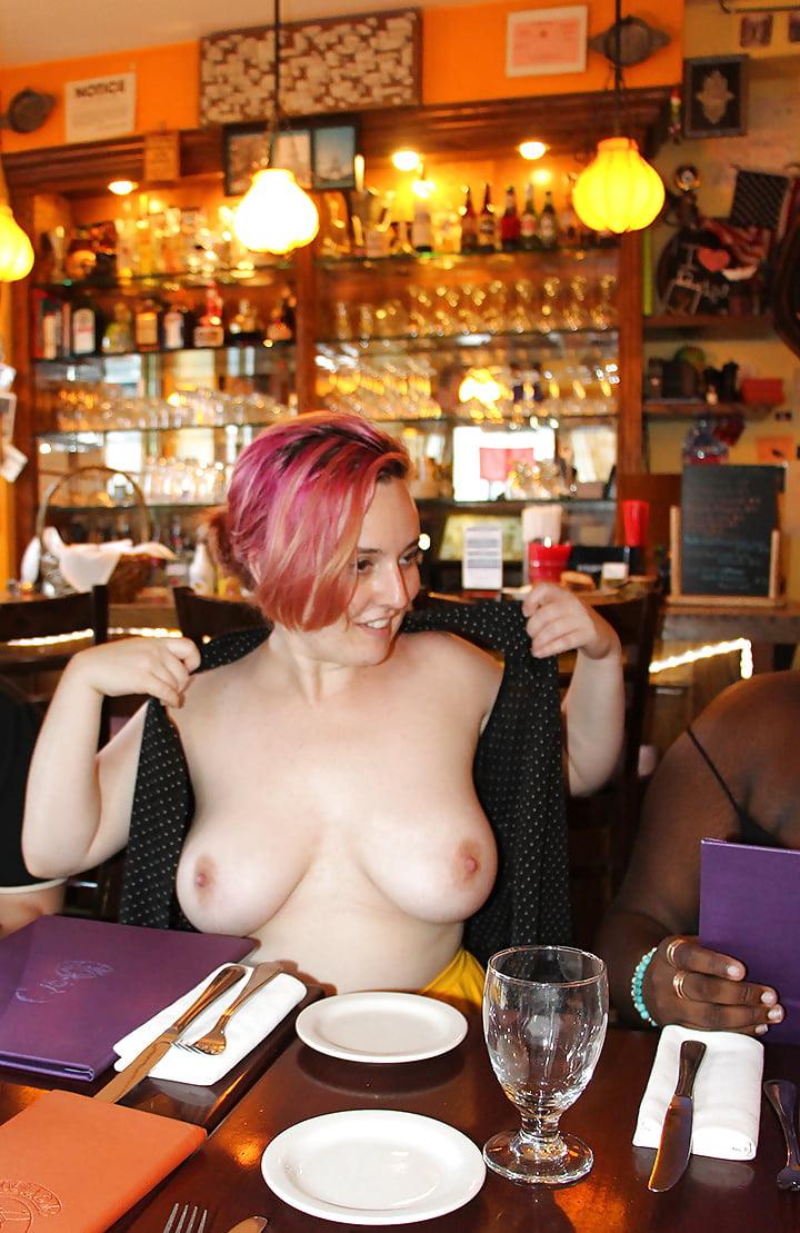Эротика где девушка показывает в ресторане