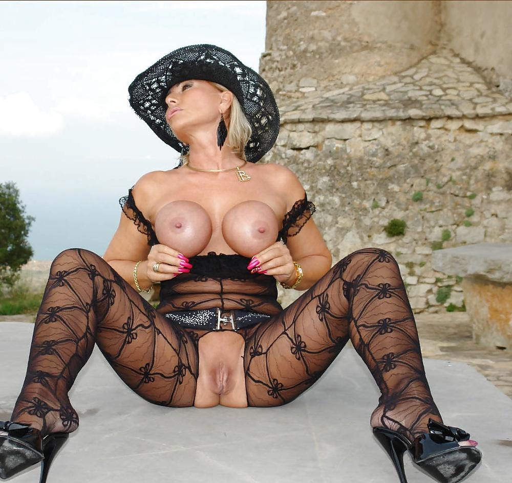 сучка обожает порно фото леди возле замка настоящий