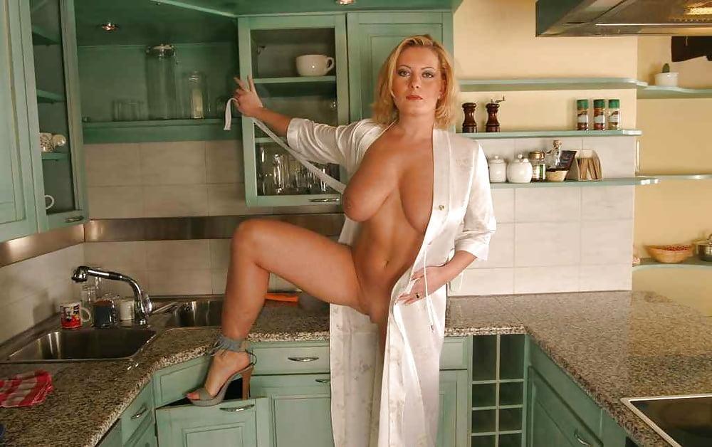 порно ролики женщины в халате которая сидела