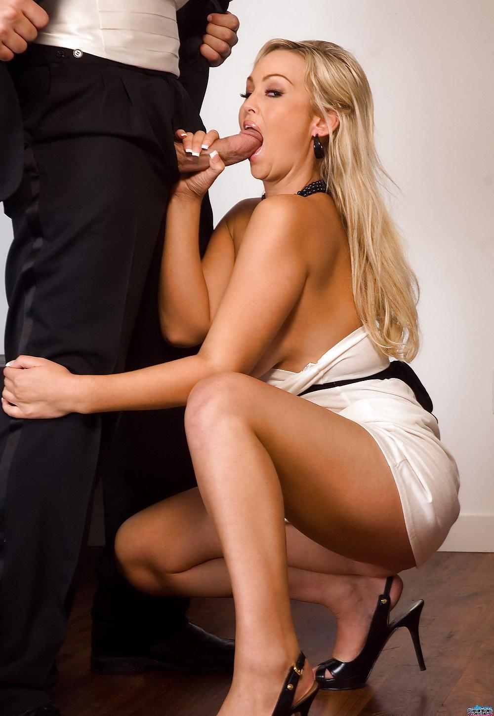 Парень трахает минет от шикарной блондинки в юбке фото голых