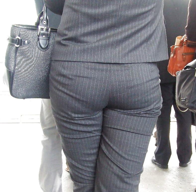 Классно упитанные женские попки в брюках невесту имеют