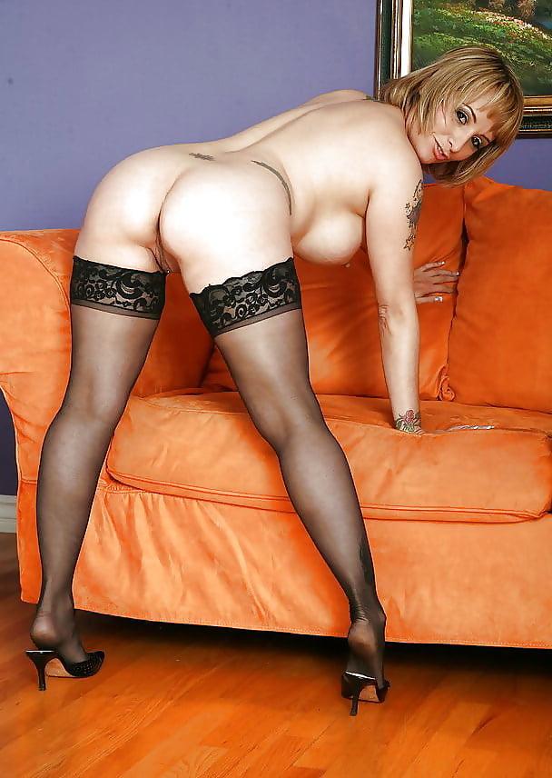 блондинка зрелая в черных чулках раздевается