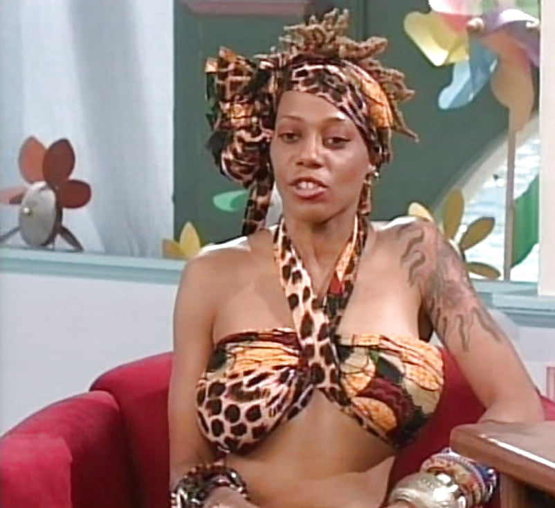 debra-wilson-shows-tits-gardener-and-young-girl-sex-pics