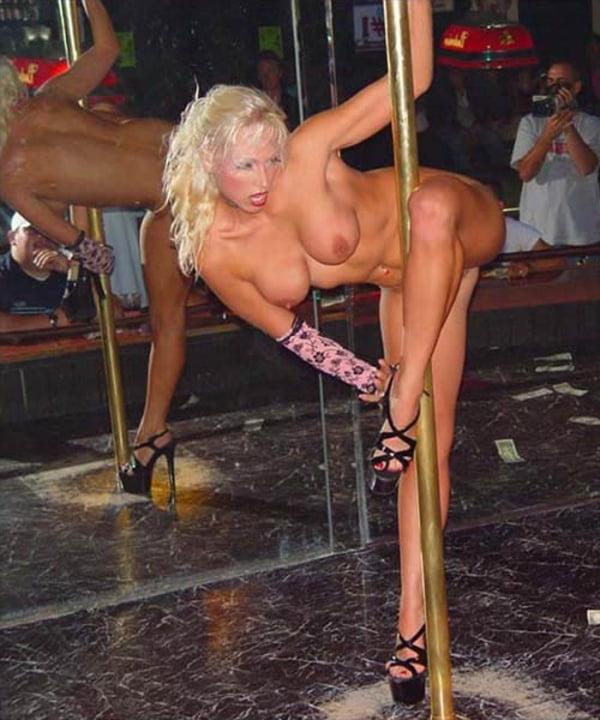 Танцует стриптиз на выставке, кино порно фильм