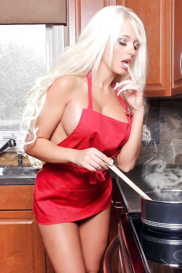 голая блондинка на кухне ню снять