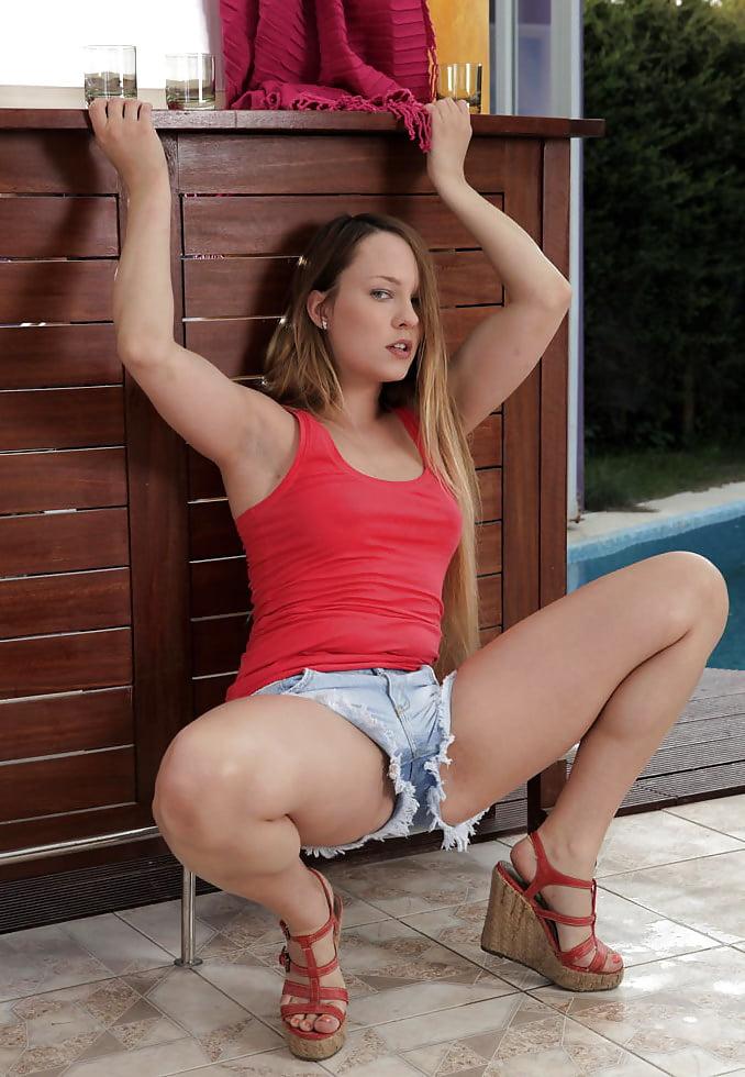 foto-porno-video-s-devushkoy-v-korotkih-shortah-shube-trahaetsya-pornozvezda
