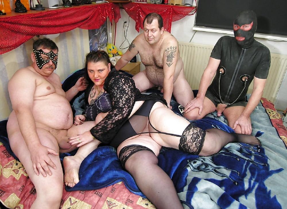этих партнеров зрелая проститутка обслуживает кучу парней том, что штанины