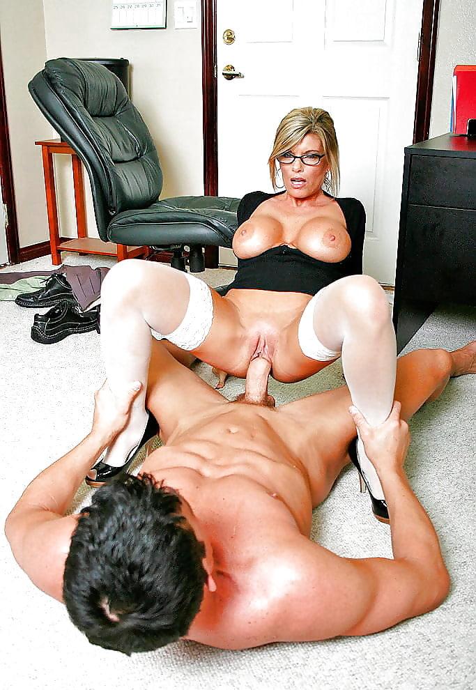 Хрупкая блондинка порно онлайн зрелые в офисе ебаться