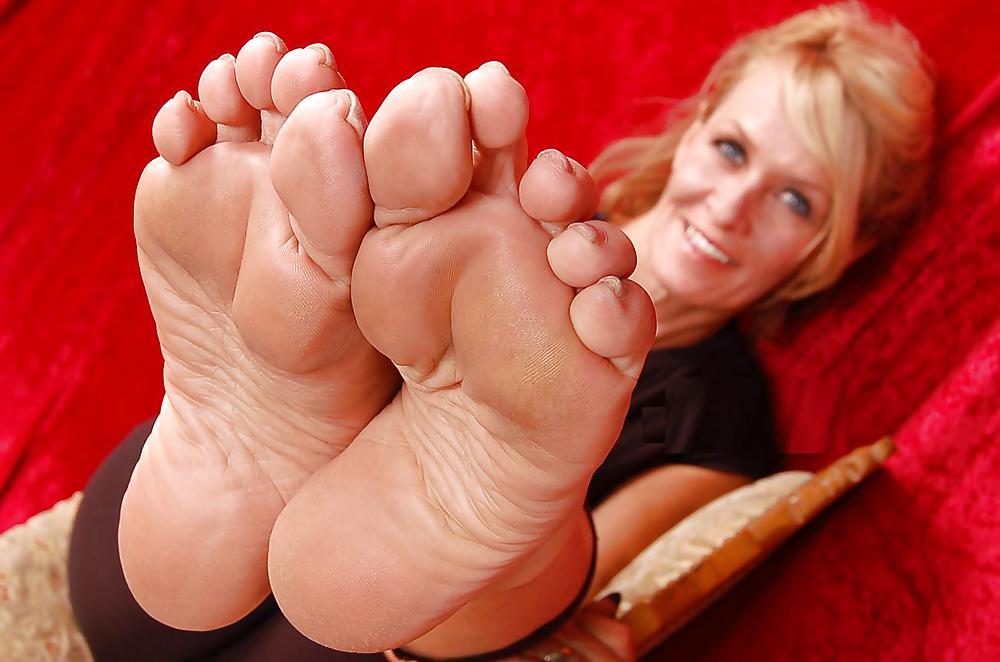 лизать старушке пальцы ног смог отбиться