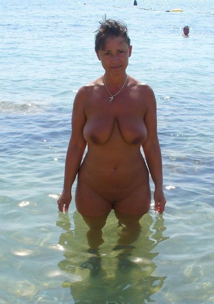 foto-golih-dam-v-vozraste-na-more-porno-foto-yunoy-beloruski