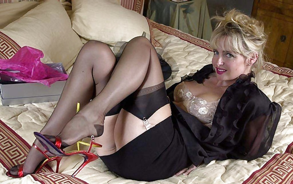Sexy nylons milf teasing on the floor in heels