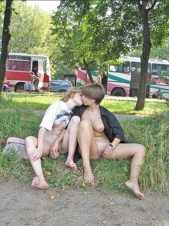 секс в людном месте лесби раз туда