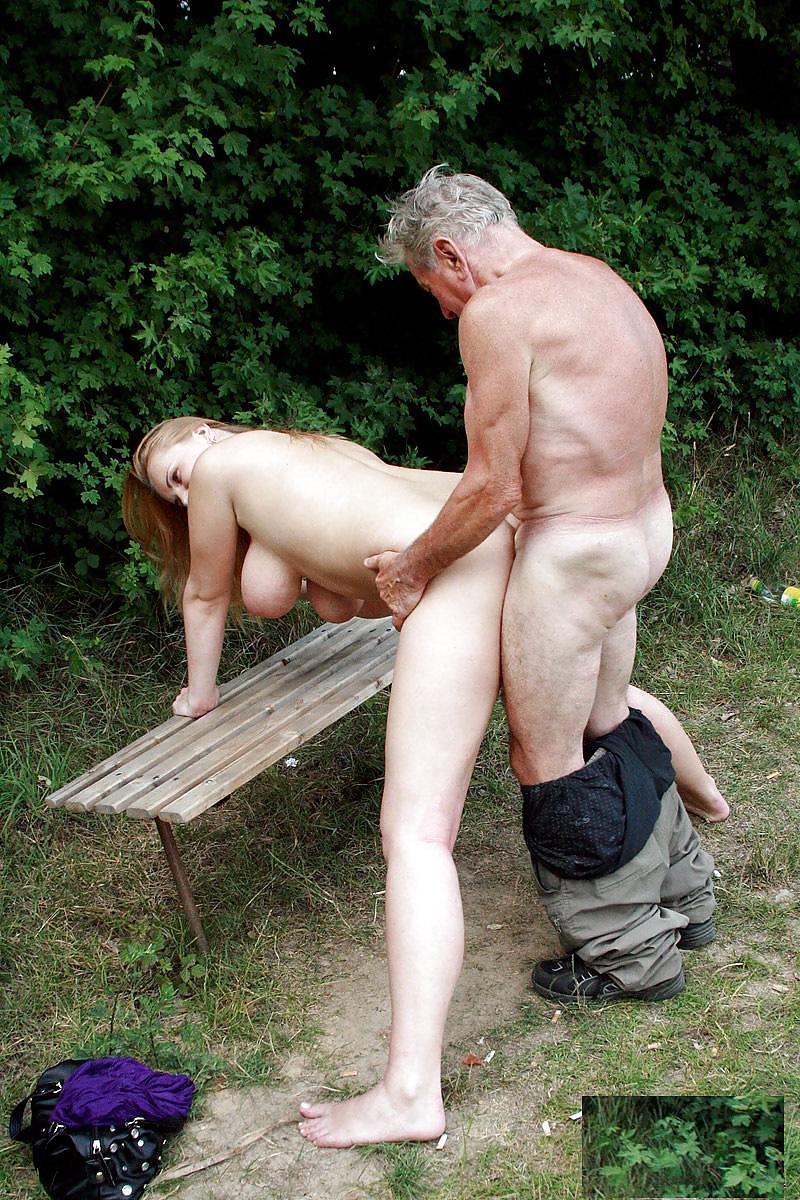 Порно со зрелой на улице