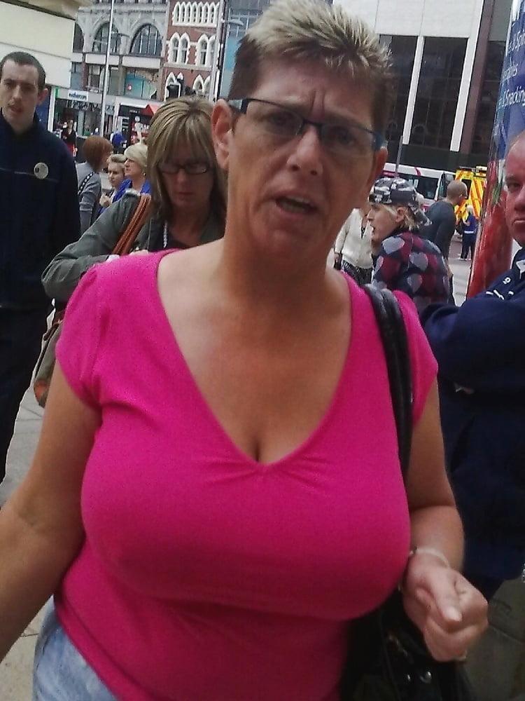 Schlanke Hure mit dicken Titten von fetten Typen gefickt