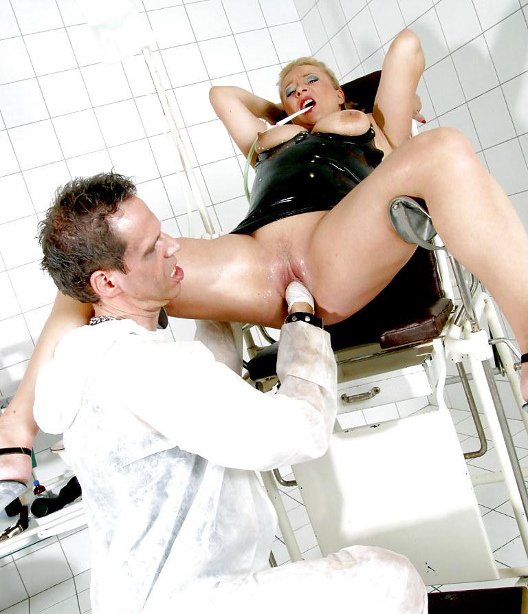 Порно фистинг с доктором один мужик