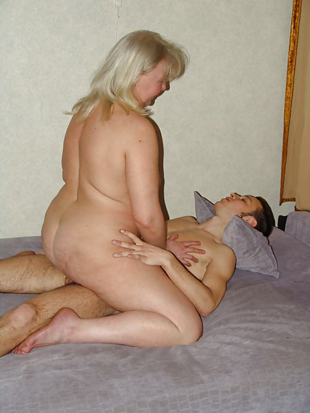 Две тетки с мужиком в постели фото — 3