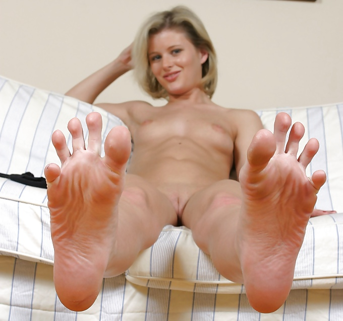 Hot ebony woman spreads gorgeous toes
