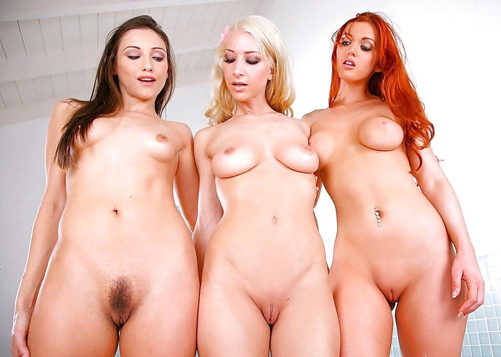 Группа голых девушек с бритыми пиздой