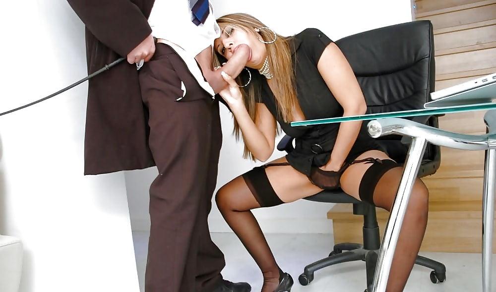 Секретаршу трахают под столом — pic 11