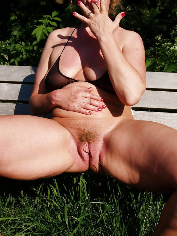 amiture-pussy-shots-outdoor