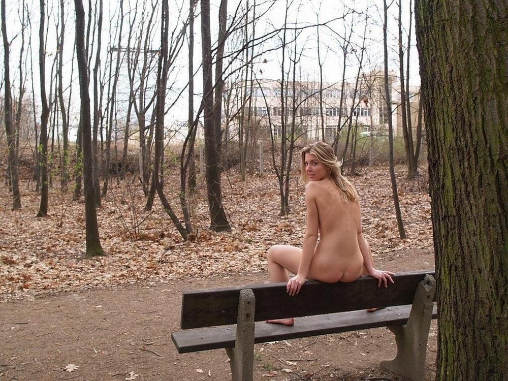 Голые в лесу на скамейке, трахает в ротик на фото