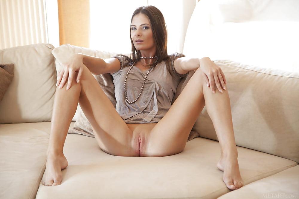 Порно фото девушка дня в платье и раздвинутыми ногами, секс с красоткой с супер фигурой