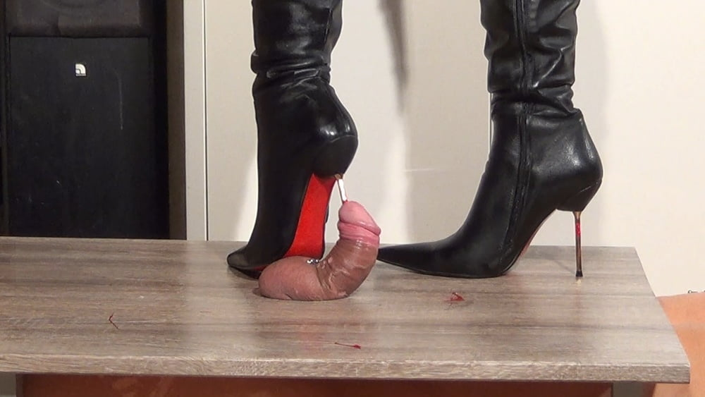 Топчет раба каблуками видео