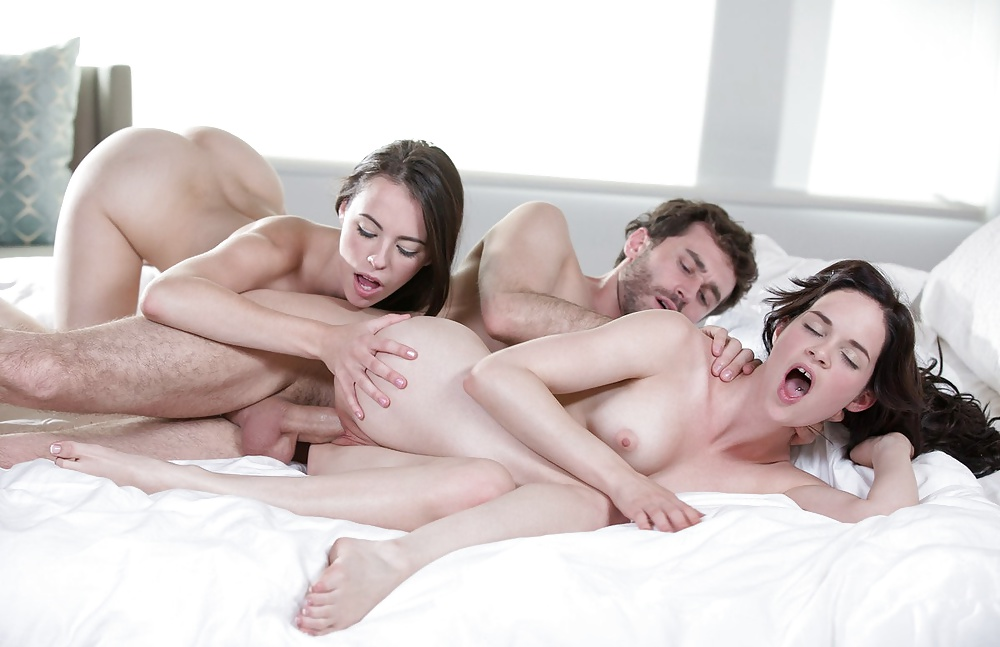 красивое порно две девушки один парень она даже