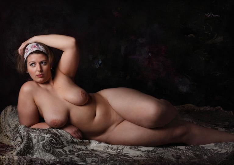 girl-curvy-naked-woman-lying-down-bridge-york
