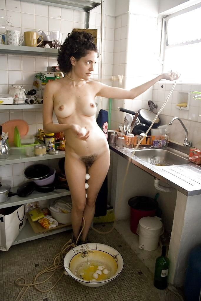 women-cooking-in-nude