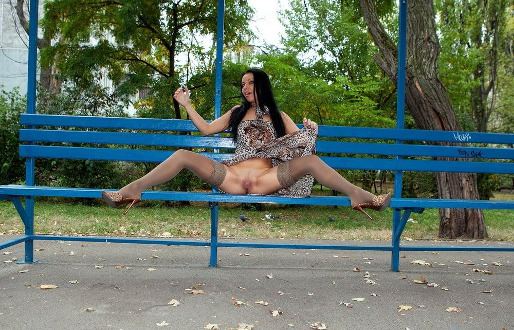 Толстые девушки без трусов на скамейке, молодой слесарь трахает хозяйку у нее дома