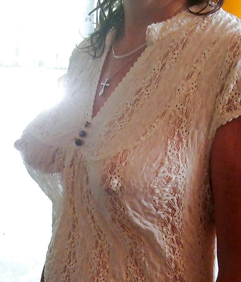 Сиськи под просвечивающей блузкой видео