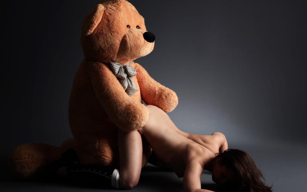 Ненормальная блондинка оттрахала плюшевого медвежонка с членом #12