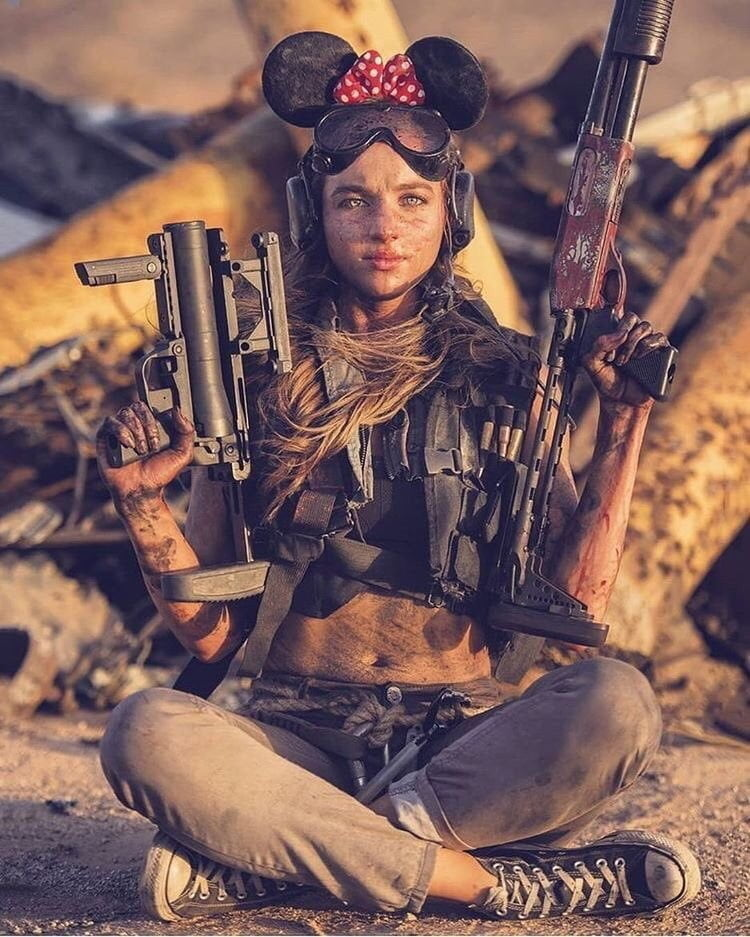 Soldiers and Girls with Guns - 39 Pics