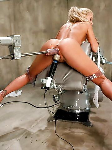 Девушка тестирует секс машины женщина коленках