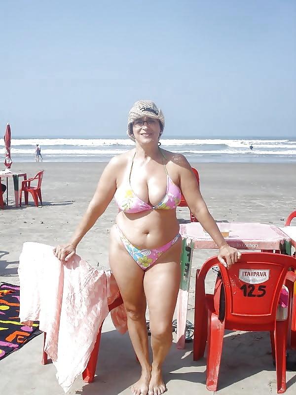 видео пожилых пляже конце
