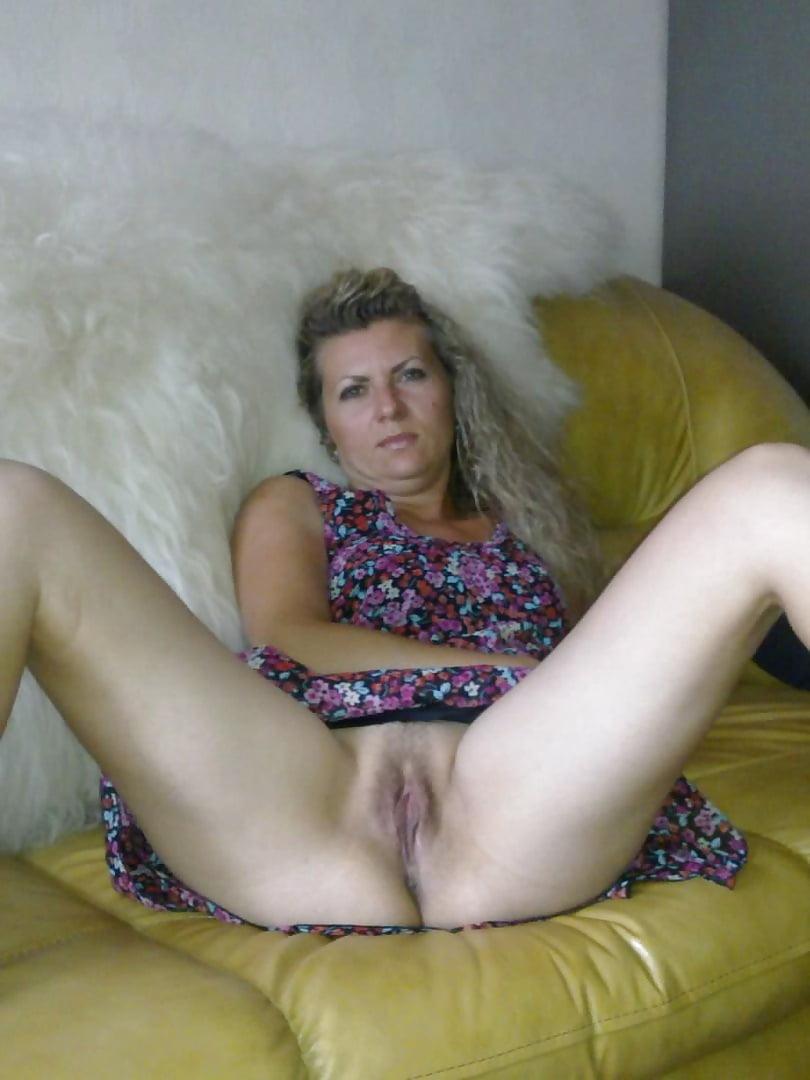 фото смотреть частное онлайн раздвигает ножки