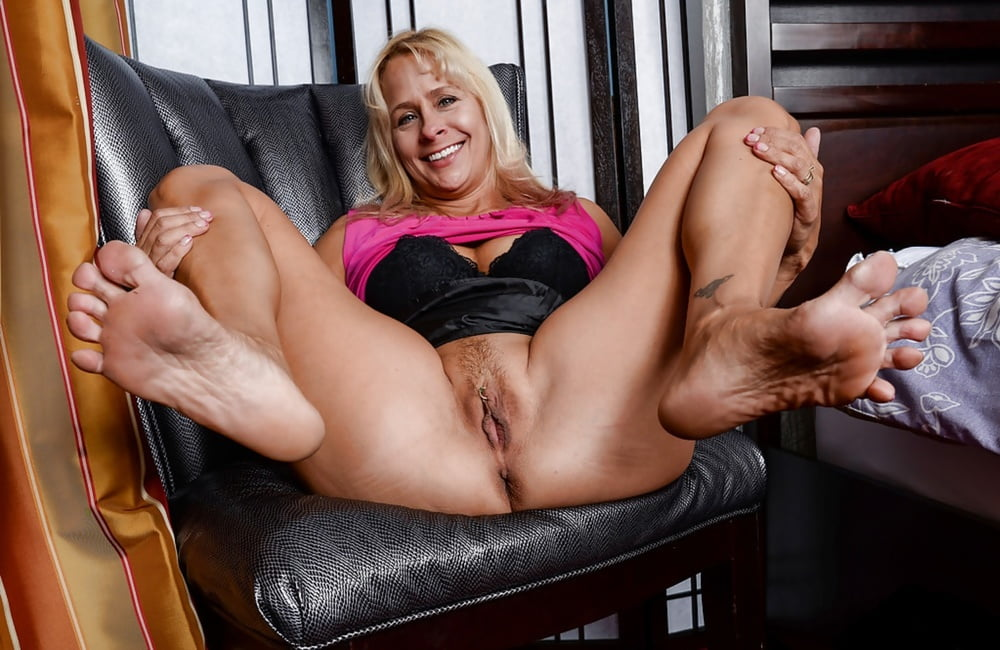 Mature black spread leg, blonde butt galleries