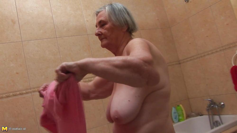 Бабушки ванной видео