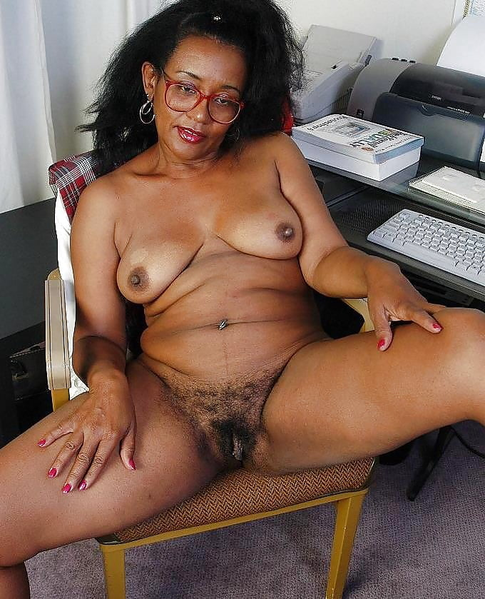 Thick black mature women hairy pussy