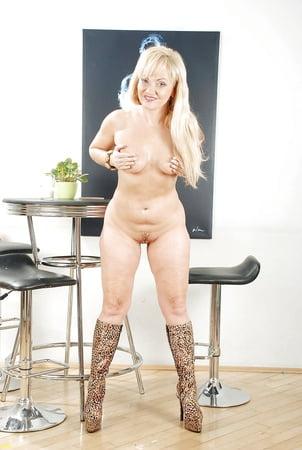 Nutten nackte Nackte Frauen